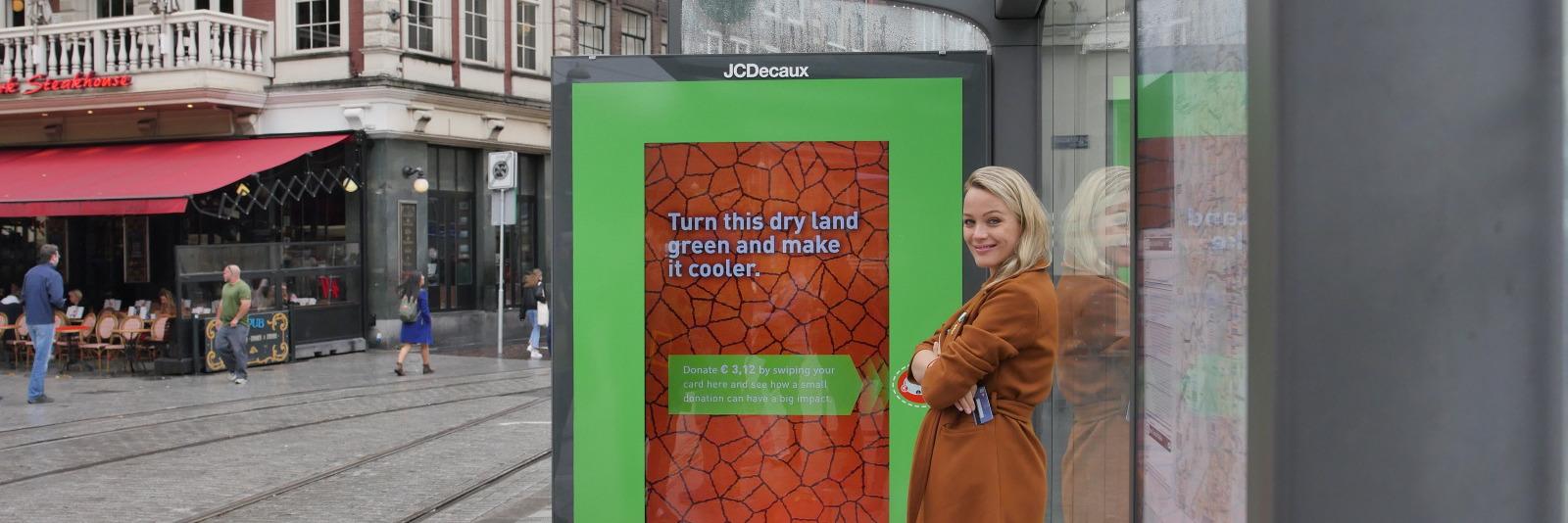 Steun het goede doel terwijl je op de tram wacht